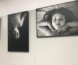 La Universidad Europea del Atlántico (España) acoge una exposición fotográfica sobre la infancia